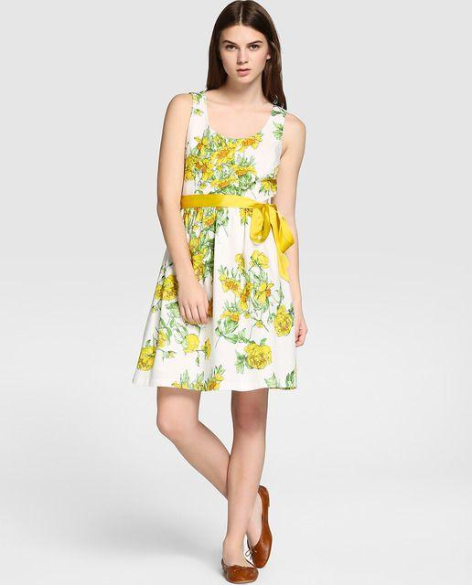 Vestido en color blanco con estampado de flores, sin mangas y escote V. Abertura trasera con cierre de botones y corte en la cintura. Detalle de cinta de grosgrain en color amarillo.