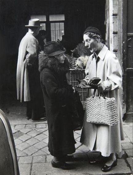 Deux dames endimanchées, rue de Buci Paris VI, Dimanche 22 mars 1953