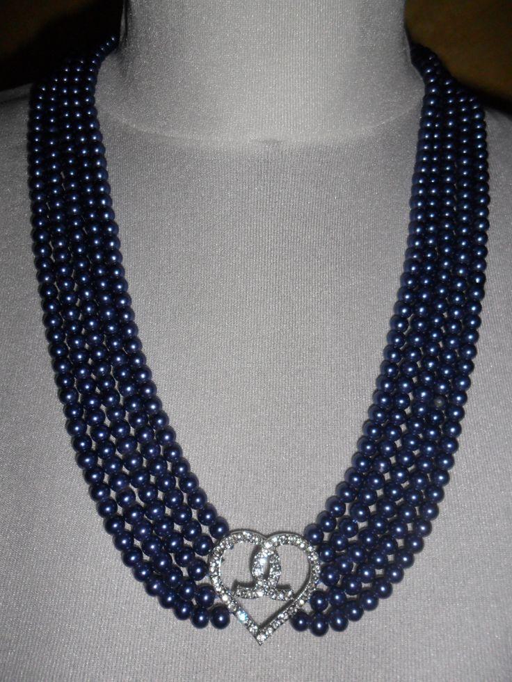 Collana con cuore di strass e perle.