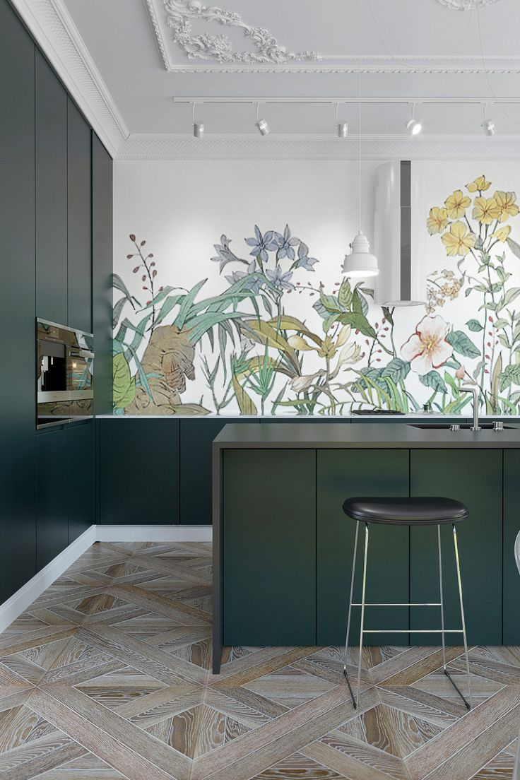 Cuisine vert sapin papier peint floral dans un appartement haussmannien