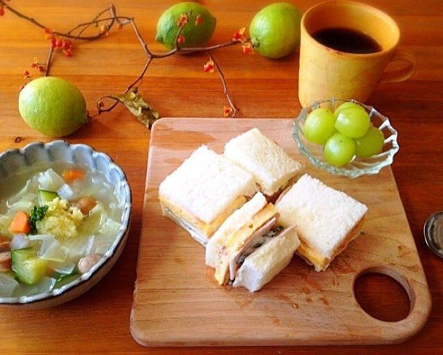 久しぶりにサンドイッチで朝ごはん♪ 冷蔵庫の残り野菜であっさりコンソメスープには、生姜のすりおろしをたっぷり添えて〜(^o^)/ 身体の中からポッカポカ〜♪  *ミックスサンドイッチ (玉子焼き、ハム、きゅうり) *お野菜のごろごろスープ *シャインマスカット *Coffee - 18件のもぐもぐ - ミックスサンドイッチと野菜ごろごろスープde朝ごはん☺️ by nono_mi