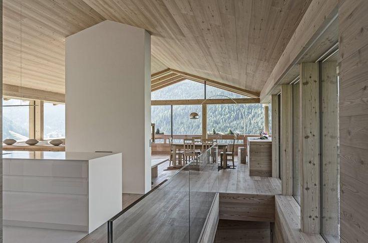 La casa unifamiliare si trova nella zona nord di Selva di Val Gardena con vista sul massiccio del Sassolungo. Nella progettazione venne presa ispirazione dai masi tradizionali della valle, inserendola nella topografia naturale del pendio...
