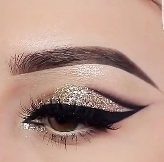 cat eye cut crease merged with winged liner, gold glitter @mrs_akaeva #makeup glam black eyeliner #goldcutcrease #goldeyemakeup