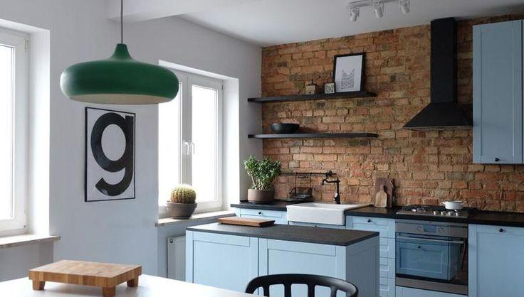 Eklektyczne wnętrze domu: czerwona cegła w aranżacji kuchni