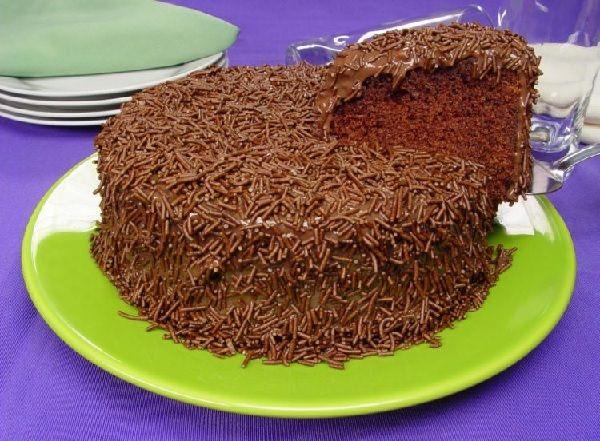 O Bolo Brigadeiro Molhadinho é fácil de fazer, delicioso e fofinho. Faça para o café da sua família e agrade a todos! Veja Também: Bolo de Cenoura Tradicio