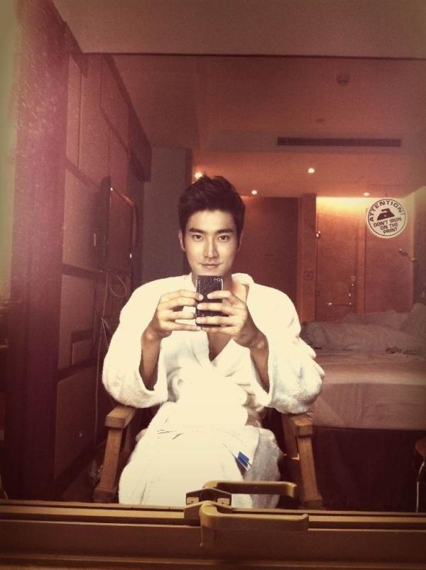 Super Junior's Siwon takes a selca photo in his bathrobe #allkpop #kpop #SuperJunior #SuJu