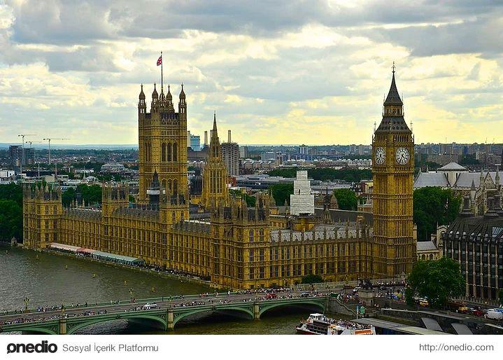 """Londra'nın en önemli simgesi '' Big Ben ''-""""Big Ben"""" aslında saat kulesinin çanının adıdır, ancak halk tarafından tüm yapıyı belirtmek için kullanılır olmuştur. Üzerinde bulunan saatin ağırlığı 5,5 ton, çanın ağırlığı ise 13,5 tondur ve çan çaldığı zaman sesi 14 km. uzak mesafeden duyulabilir.2000 kişi üzerinde uygulanan bir anket Big Ben'in Birleşik Krallık'ın en önemli simgesi olduğunu saptamıştır."""