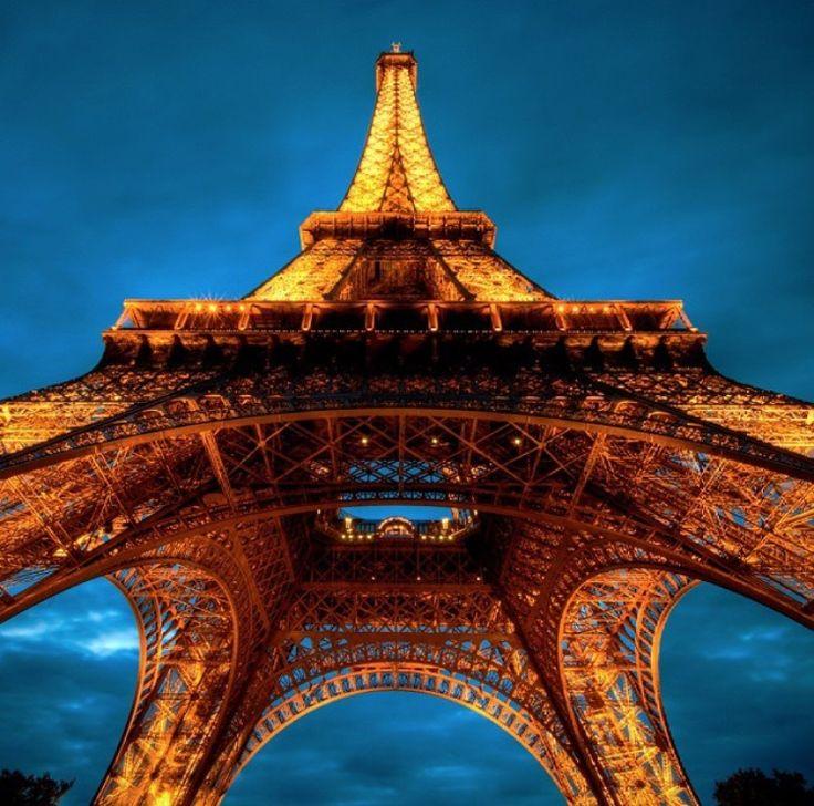 """Oggi ricade il 126° anniversario dell'inaugurazione della """"Torre Eiffel"""". Costruita in poco più di due anni, dal 1887 al 1889, è una torre autoportante completamente in ferro battuto, alta 324 metri. Condividete e seguiteci su: www.momentoingegneria.com"""