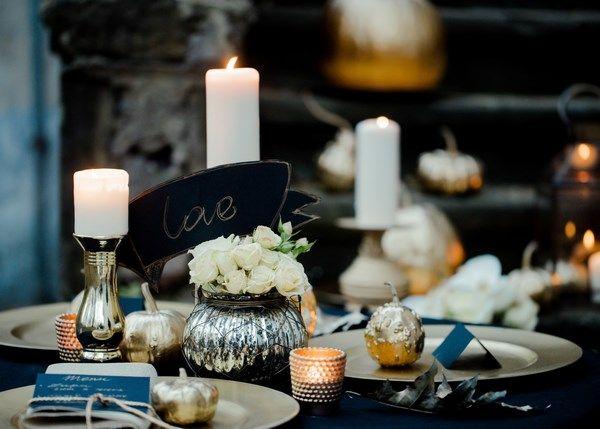 złoty stół weselny i dodatki na ślub i wesele, jesienna sesja ślubna z motywem złota