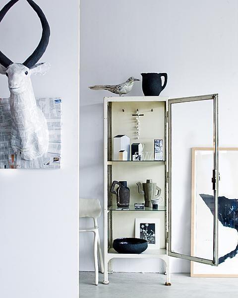 Een mini museum op poten: een vitrinekast gevuld met mooie voorwerpen is dé oplossing voor breekbare en kwetsbare kunst.