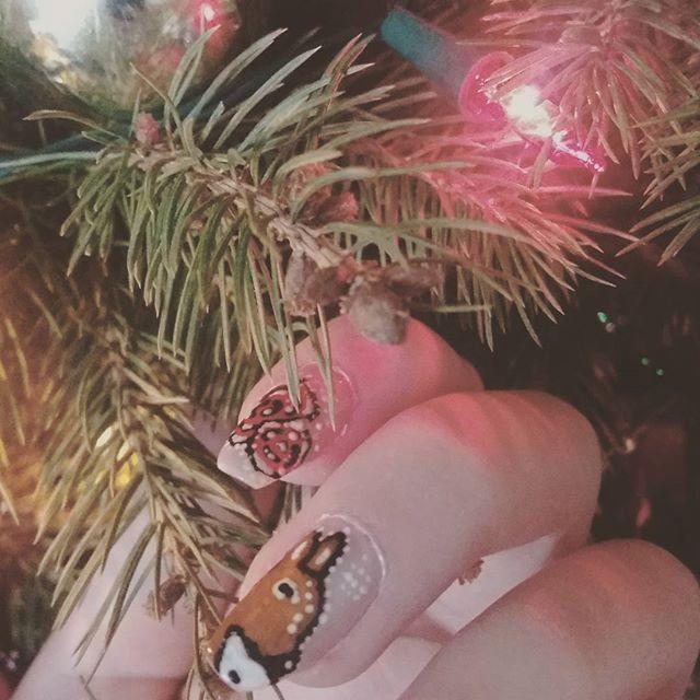 Moja praca na drugi tydzień wyzwania #creativenailparty u @thecieniu  #reczniemalowane #polishnails #mojepaznokcie #sarenka #rose #winternails #polishgirl #nailart #nailsart #choinka