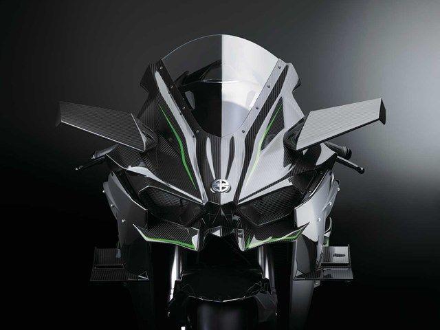 パワーもルックスもブチ切れてます。 直4の998ccエンジンにスーパーチャージャーを搭載、300馬力を後ろのたった1輪で地面に叩きつけるモンスターバイクが「Ninja H2R」です。名前から想像でき