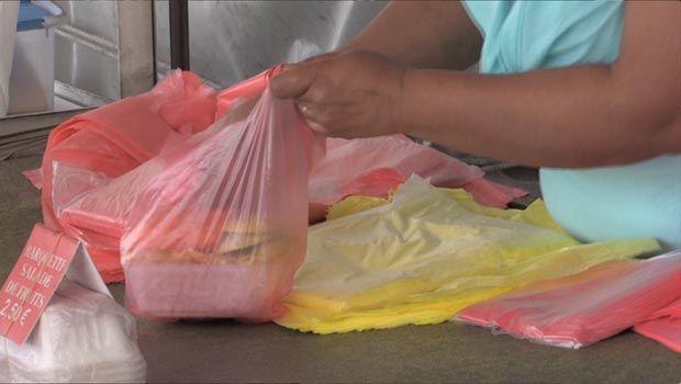 Dans la Grande Ile, à la  suite d'un décret du gouvernement, l'utilisation des sachets en plastique d'une épaisseur de moins de 50 microns est interdite. Afin de pallier à cela, une entreprise malgache a eu l'idée de fabriquer des sacs en plastique 100% biodégradable.