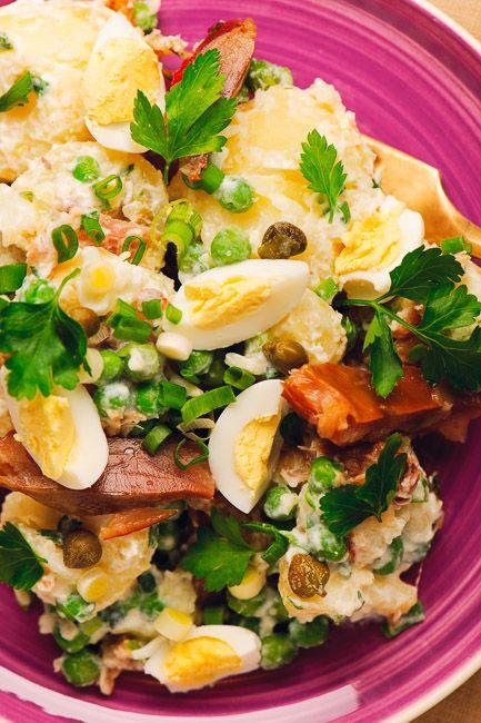 Salată de cartofi fierți cu mazăre, ouă și pește afumat