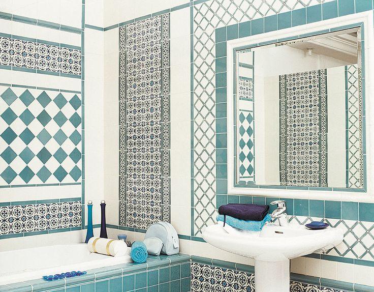 Бирюзовая ванная комната с использованием плитки Doremail. Замечательный рисунок, индивидуальное решение встроенного зеркала.