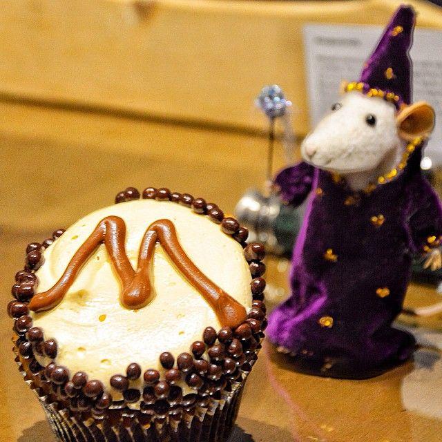 Η Χαριποτερικη Εβδομάδα ξεκίνησε πιο μαγική απο ποτε! Ο Cap Cap έκανε την εμφάνιση του διπλα στο cupcake του Υπουργείου Μαγείας! Σοκολάτα με γεύση cappuccino, μπισκότο κανέλας, γκανάζ σοκολάτας με αφράτη βουτυροκρεμα!