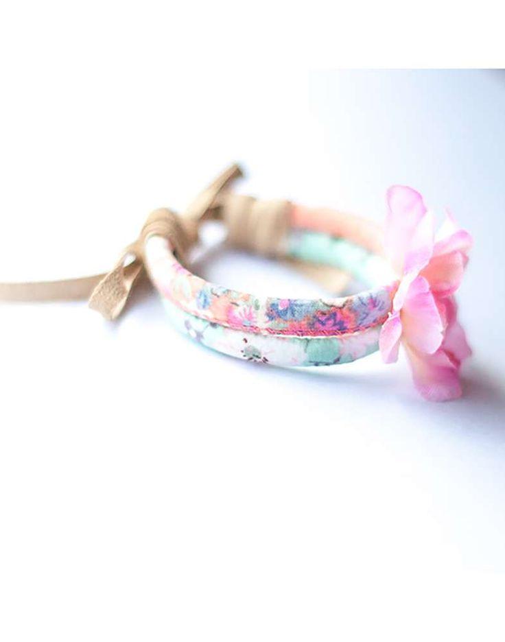 Deze bandjes zijn speciaal gemaakt om rond een haar knot te binden. Zo maak je van een saaie knot een hippe fleurige knot in het haar.