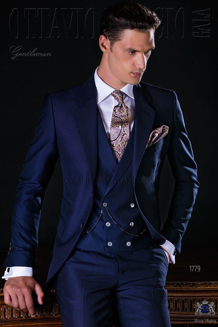 Costume homme italien bleu marine avec revers crantés, 2 boutons de nacre, ticket pocket et 2 fentes latérales. Tissu de laine mélangé mohair alpaga. Costume de mariage 1779 Collection Gentleman Ottavio Nuccio Gala.