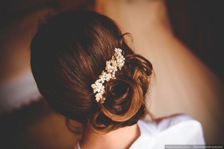 Acconciatura da sposa per capelli raccolti in uno chignon con fermaglio con perline come accessorio sposa