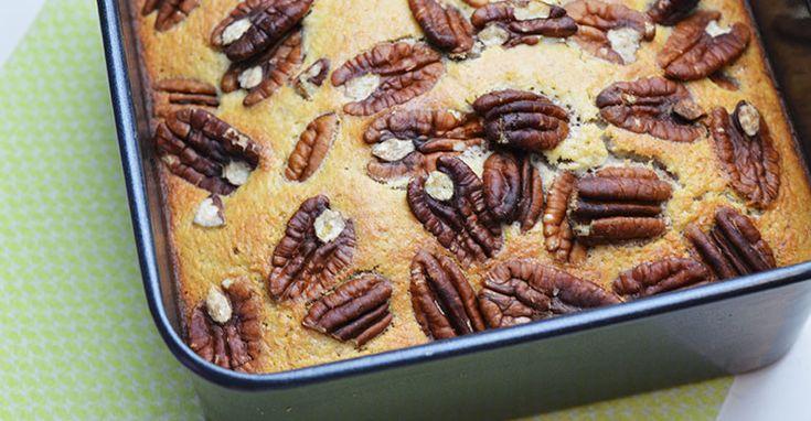 Een gezond, clean en paleo recept voor kokoscake met geroosterde pecannoten. Zo kan je toch lekker bakken en guilt free cake eten.