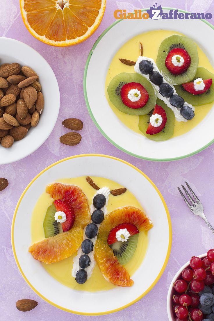 Le #farfalle di #frutta su #crema #inglese sono il miglior trucco per far mangiare la frutta anche ai più #piccoli! Simpatiche e fresche, queste farfalline spiccano davvero il volo! #video #ricetta #GialloZafferano #italianrecipe #italianfood #italiandessertrecipe #childrenrecipe