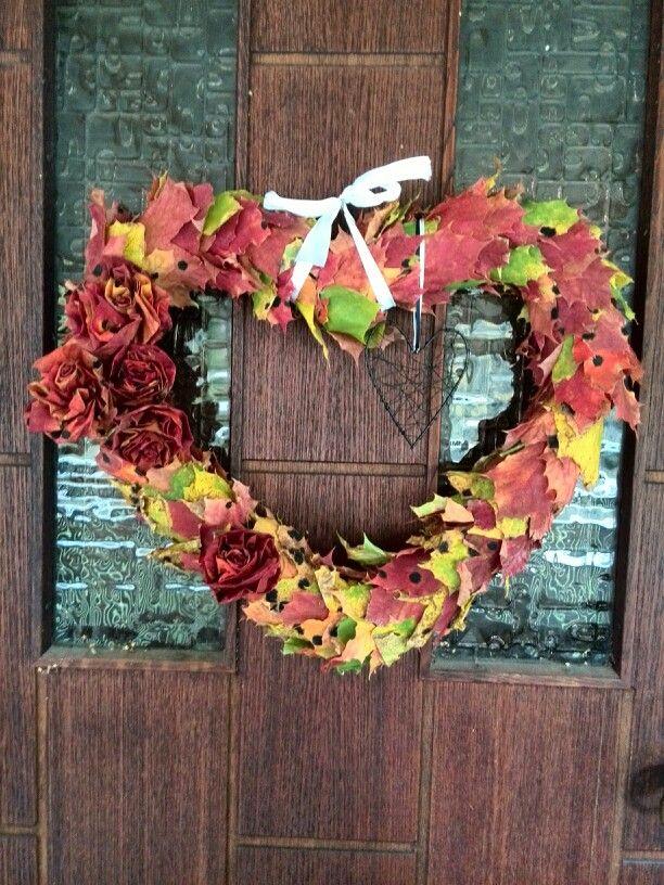 ⚪natta.lk @ instagram⚪ Gör det själv   DIY   Gjorde en dörrkrans med höstkänsla till min och sambons ytterdörr     Autumn Wreath Heart Roses Leaves