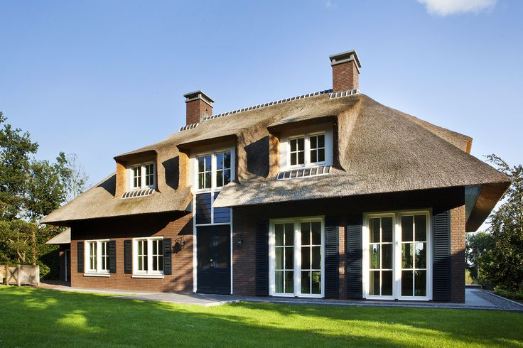 klassiek landhuis | een idyllisch, groen gelegen landhuis in een landelijke stijl met kenmerkende raamverdeling, rieten kap en een tuin met grote waterpartij