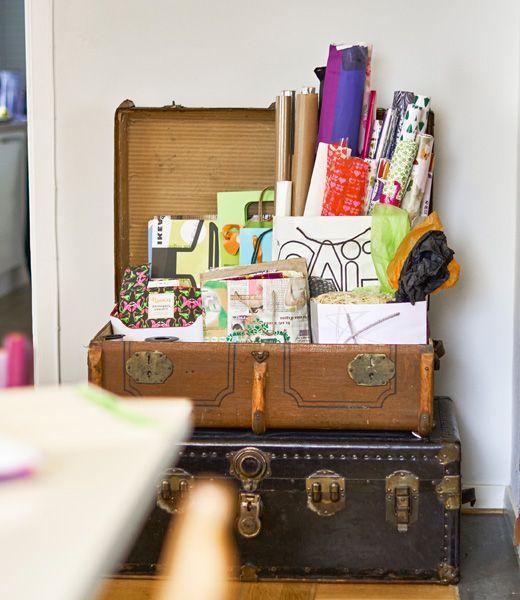 Eine Sammlung von Verpackungsmaterial und Geschenkpapier in einem alten, offenen Koffer