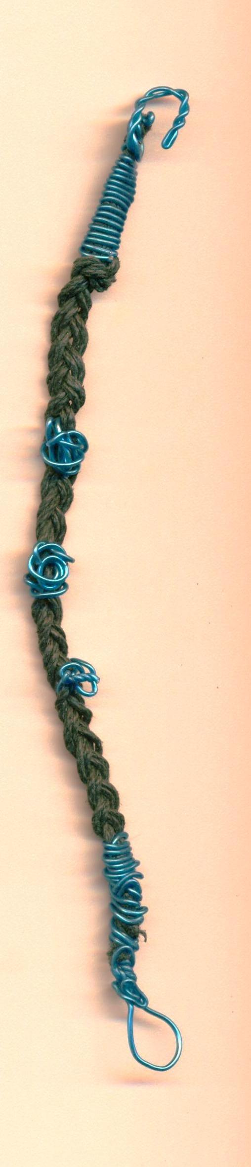 trenza azul marino con hilo metálico azul. Pulsera indu hecha con amor en Rosarito