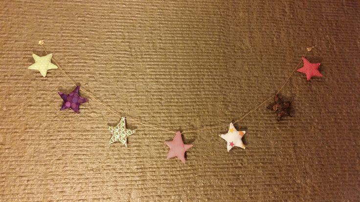 Yıldızlı garland Duvar veya çam ağacı süsü olarak kullanılabilir.