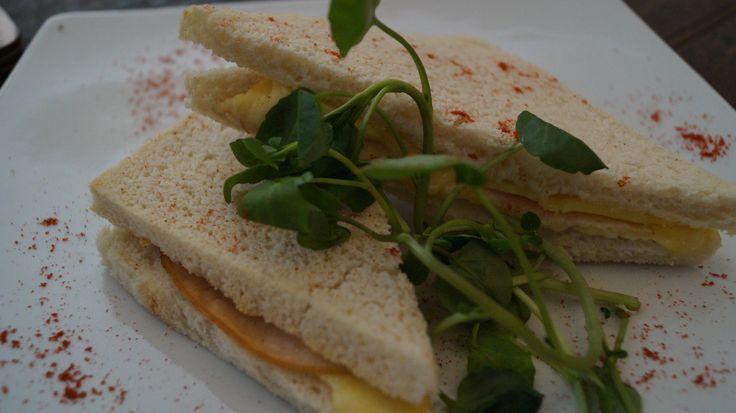 Molde con queso y jamón conocido popularmente como aliado (si es frío) o Barros Jarpa , en Arte Gárgola lo pides simplemente como jamón queso !