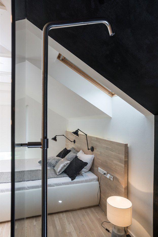 Čelo postele je ze stejného materiálu jako dřevěná podlaha,
