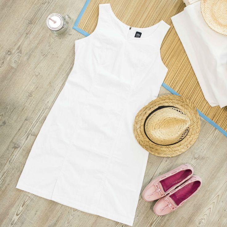 Robe classique d'inspiration tennis qui galbe la silhouette. Sans manches, elle est idéale pour la saison.  #tbs1978 #Robe #Collection #Mode #ModeFemme #Nautique #Océan #Été #RobeBlanche #Chaussures #Chapeau