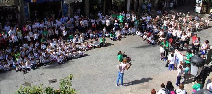 """ALMUÑÉCAR.La comunidad educativa del Colegio Público """"La Santa Cruz"""", bajo la dirección de Rodrigo García, ha tomado hoy las calles del centro de Almuñécar con un mensaje"""