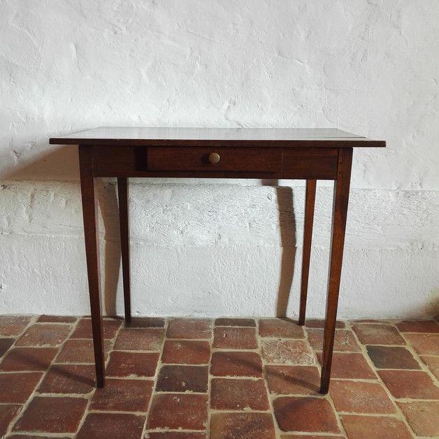 Dieser alte Massivholztisch eignet sich aufgrund seiner Größe perfekt als Schreibtisch oder kleiner Küchen- /Beistelltisch. Der Tisch wirkt mit seinem dunklen lackierten Holz und den filigran...