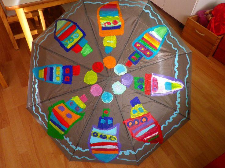 Στα πλαίσια του Πολιτιστικού μας προγράμματος με τίτλο: «Οι ομπρέλες του Νίκου Ζάρρα» ζωγραφίζουμεπάνω σε μια ομπρέλα τα καράβια και τα φεγγάρια που βλέπουμε στα έργα του Καλλιτέχνη, ακούγοντας κα…