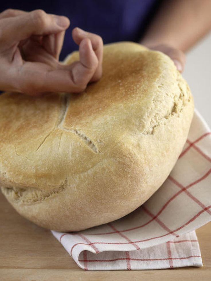 Das Brot ist steinhart. Ab in den Müll? Auf keinen Fall! Mit diesem Trick wird hart gewordenes Brot ganz schnell wieder weich und