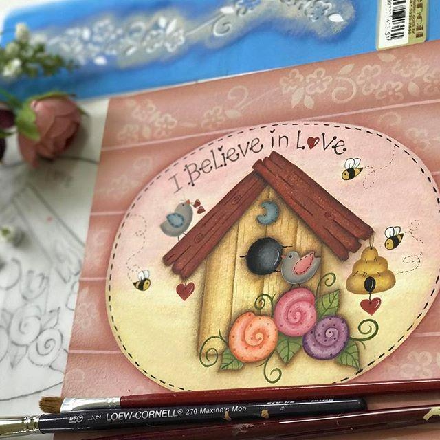 Olá artistas! Mais um tesouro! Nossa esse levei 3 dias para pintar, valeu a pena amei o resultado! Vocês gostaram? Logo logo vou disponibilizar o link para vocês imprimir os seus papéis para decoupagem! Beijinhos Tânia #pinturacountry #decoration #feitopormim #madeira
