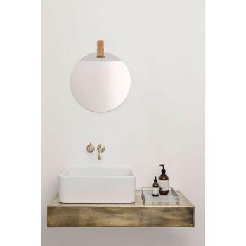 Un sublime miroir design avec le miroir rond Enter de @fermliving et son attache en cuir pour le suspendre où bon vous semble. Dans une entrée, une petite salle de bain ou un bureau, il suffit de choisir sa place pour en faire un miroir d'appoint ou un élément de décoration murale originale.