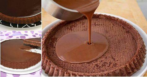 Ingredienti Ingredienti per una tortiera da 28 cm: 100 gr di cioccolato fondente; 50 gr di burro; 3 uova; 150 gr di zucchero; 100 gr di farina 00; 1 cucchiaino di lievito per dolci; Ingredienti per la glassa: 50 gr di burro; 100 gr di cioccolato al latte Lindt; 100 gr di lindor al latte;…