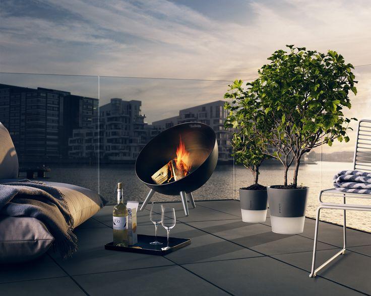 Het Deense designmerk Eva Solo ontwikkelde een vuurschaal die even mooi als praktisch is: de Fire Globe. Met dit ontwerp heeft Eva Solo de ouderwetse vuurkorf een nieuwe vorm gegeven en laten zien dat een vuurschaal ook een heel decoratieve functie kan hebben. Deze is ook als hij niet brand gewoon heel erg mooi en een decoratief element in de tuin of op je terras. Daarnaast is hij ook heel erg praktisch. Door zijn ronde vorm is hij altijd zo op te stellen dat de wind geen vat op het voor…