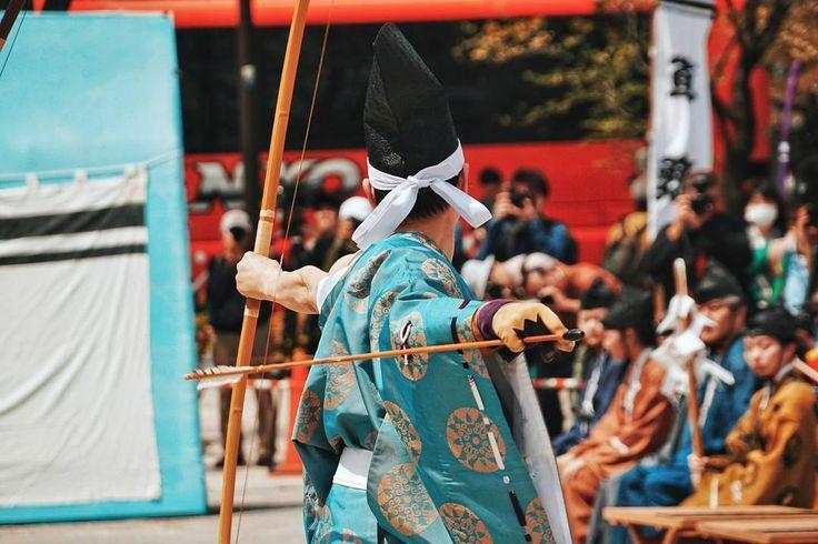 Sebelum memasuki kyudojo (balai pelatihan) seorang praktisi harus berlatih teknik sikap dan memanah dengan makiwara itu seikat jerami besar yang ditempatkan dekat pemanah . Kedekatan target memungkinkan pemanah untuk berkonsentrasi pada wujudnya daripada ketepatan bidikannya. Setelah beberapa saat pemanah diperkenankan masuk kyudojo dan mengambil tempatnya di antara yang lain . Target nyata yang disebut mato adalah 28 meter dari pemanah dan bertempat di Matoba sebuah bukit berpasir di…