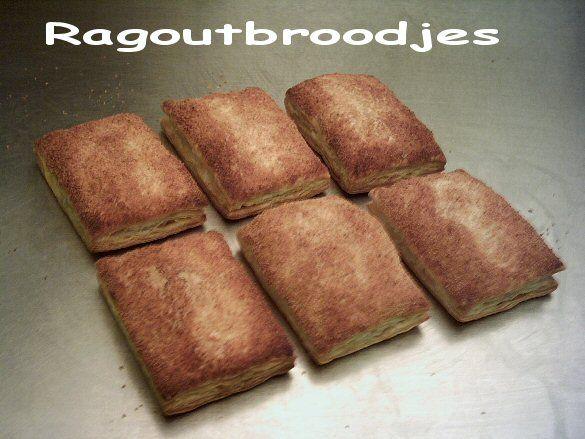 Mini-ragoutbroodjes (20 stuks) / * 1 blikje ragout naar keuze * 10 plakjes bladerdeeg * 1 eetlepel gehakte peterselie * eventueel 1 eetlepel geraspte belegen kaas --- Verwarm de oven voor op 200°C.