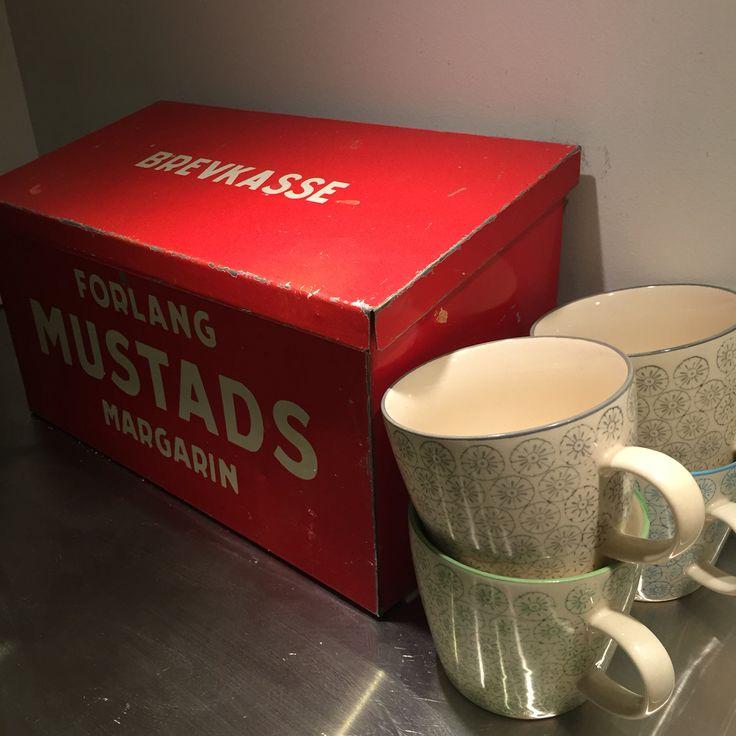 Cups og old letterbox