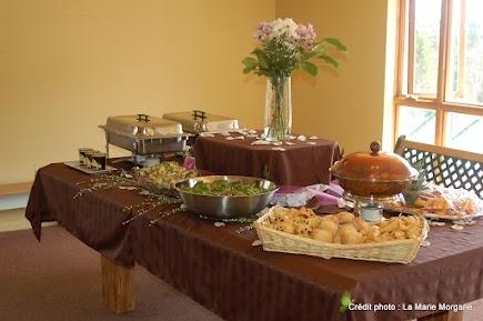 Table de brunch avec plats chauds et froids.