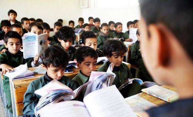 Pemberontak Syi'ah tak gaji guru Yaman  Ilustrasi (Arab News)  Jutaan anak Yaman berisiko kehilangan pendidikan karena milisi Houthi menolak membayar gaji guru sekolah di daerah pemberontak menurut pemerintah Yaman pada Senin (17/4). Dari total 300.000 guru di negeri ini sekitar 130000 berada di wilayah pemberontak. Mereka belum digaji beberapa bulan ini tutur Menteri Pendidikan Yaman Abdullah Lamlas. Sejak pemerintah memindahkan bank sentral dari Sana'a ke Aden milisi Houthi menggunakan…
