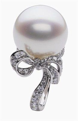 Dior | Diamonds in the shape of a bow and a pearl from the Sea of Japan