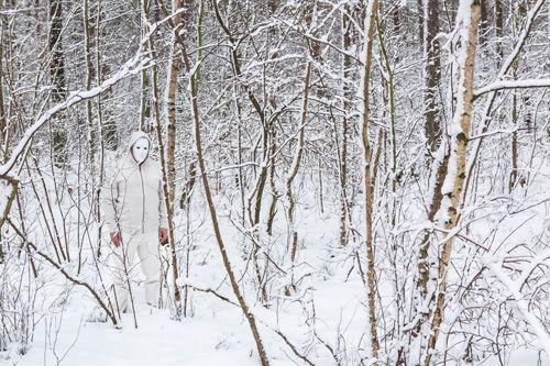 """Weißer Mann im Wald  Weißer Mann im Wald  Der Verlust der eigenen Identität, das Gefühl, sich aufzulösen und an Kontur zu verlieren. Aber auch die Tatsache, dass sich die Krankheit oft langsam und fast unbemerkt """"von hinten"""" anschleicht und man sie erst sieht, wenn sie direkt vor einem steht und an Flucht nicht mehr zu denken ist."""