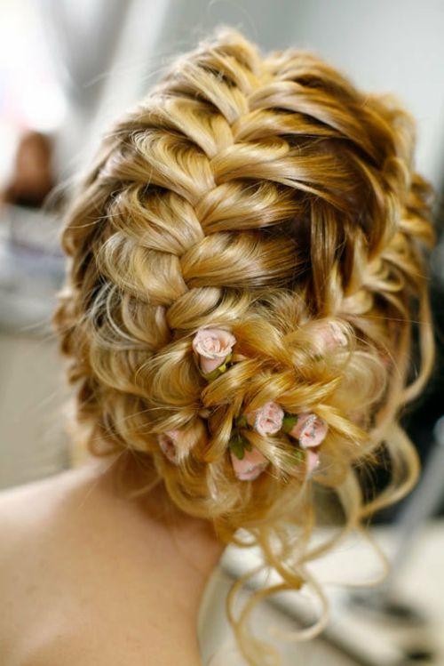 Brautfrisuren mit Blumen fischgrätenzopf mit filigranen deko rosen - bridal hairstyle