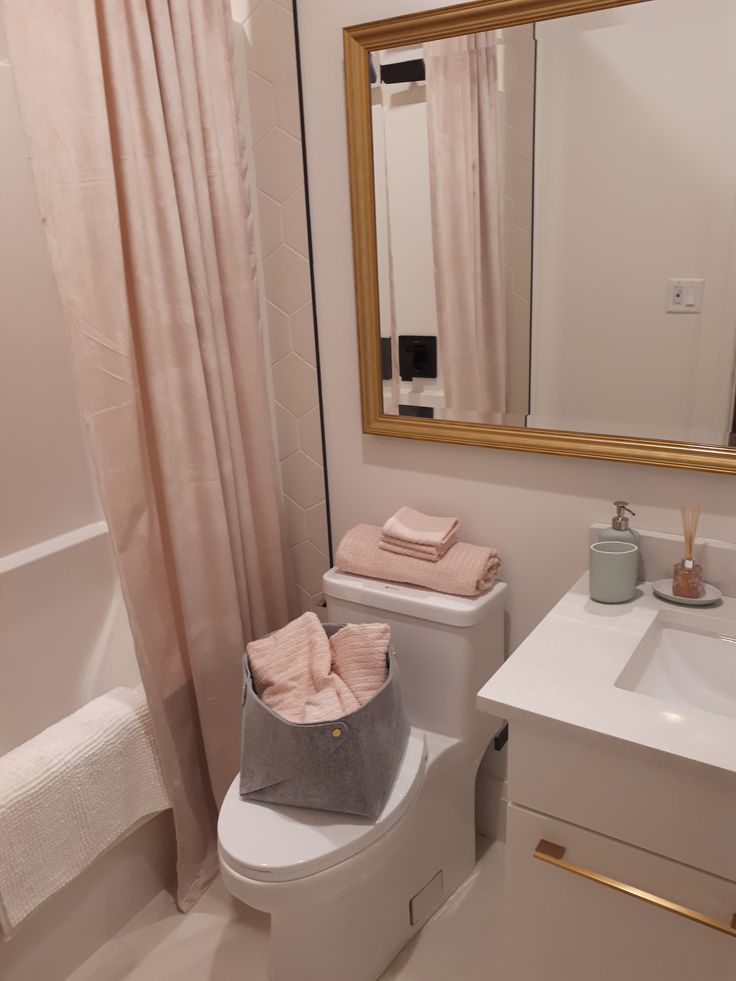 Pretty Pink bathroom decor!